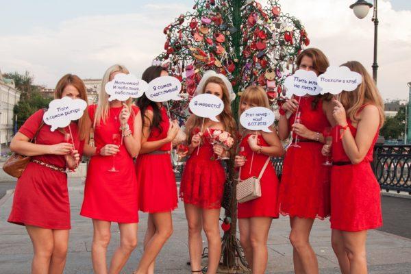 групповое фото с табличками