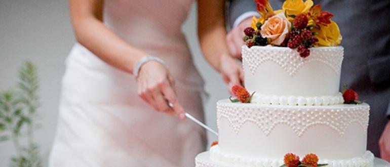 Торт с живыми цветами  смелое и свежее решение