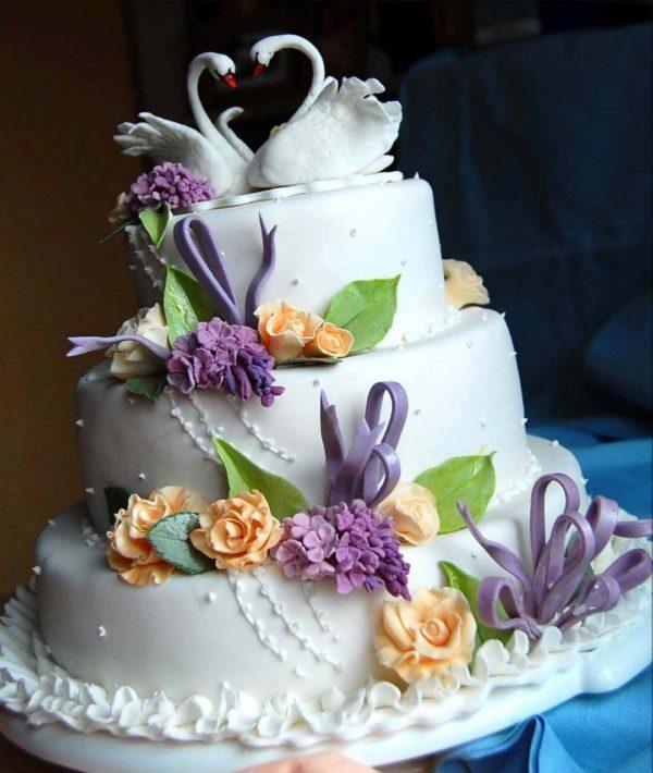 торт на свадьбу с лебедями и розами