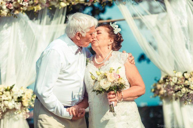 Как отметить золотую свадьбу и что подарить?