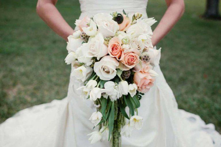 Каскадный свадебный букет невесты — фото длинного свисающего букета цветов невесты на свадьбе